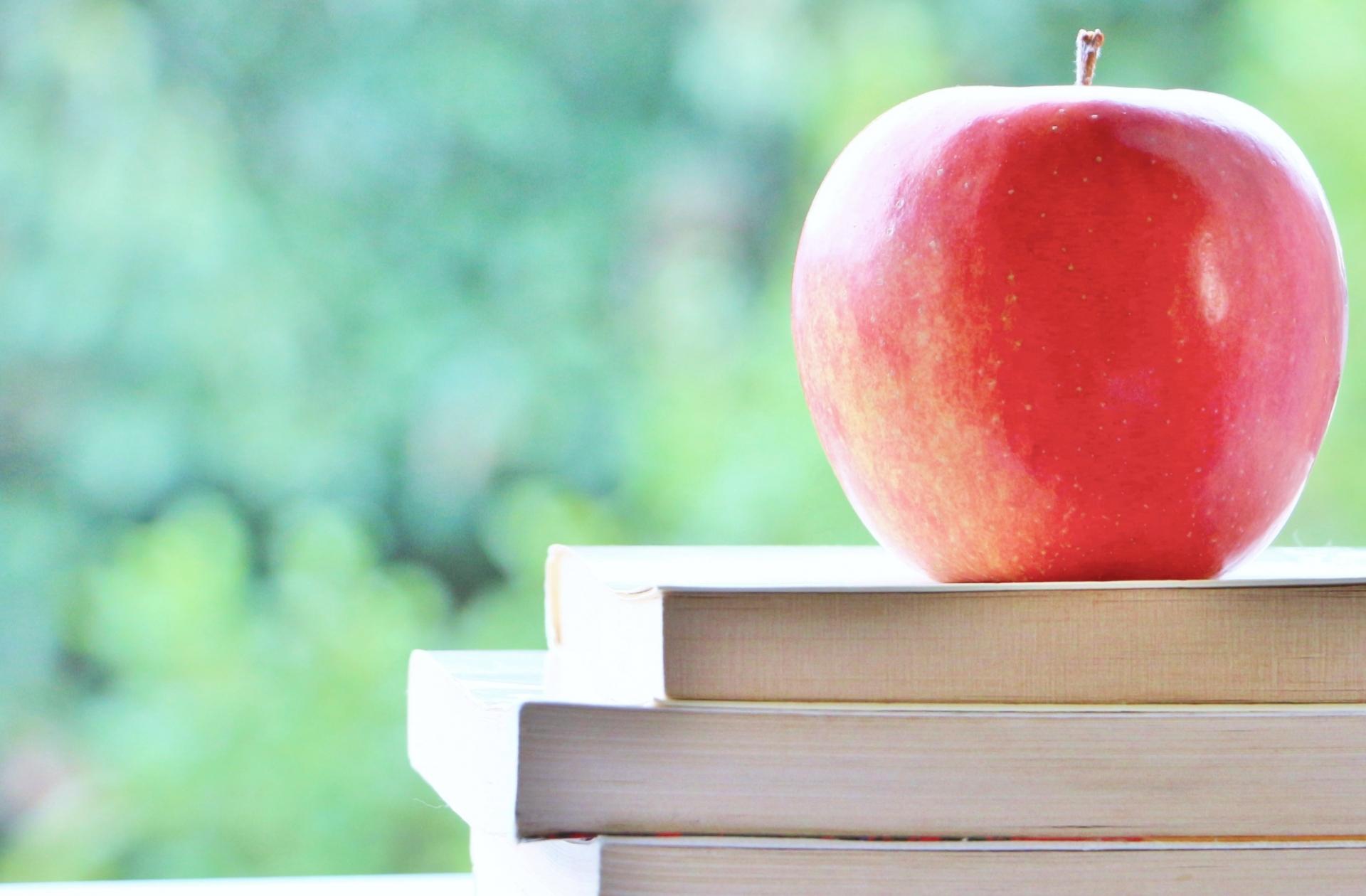 リンゴと本の画像です。