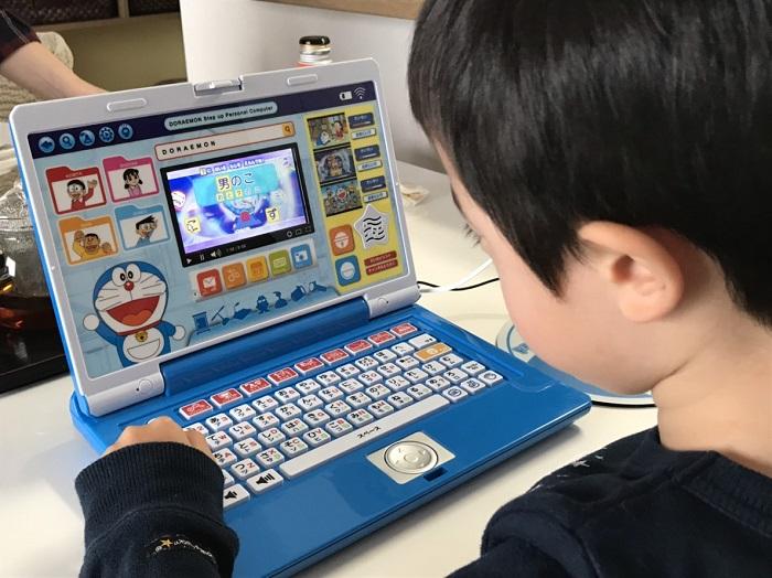 パソコンに夢中になるわが子