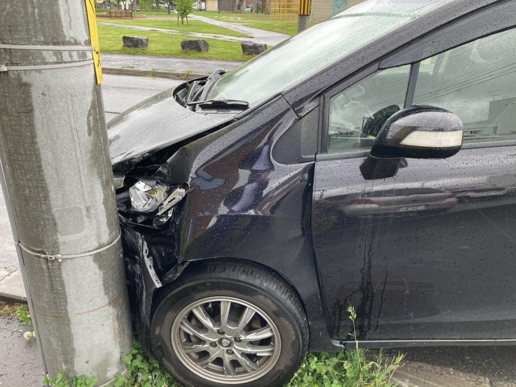 交通事故になって電柱に激突